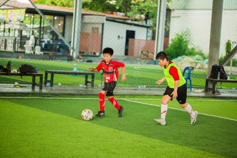 Ungefotboll som lär fotboll fotografering för bildbyråer