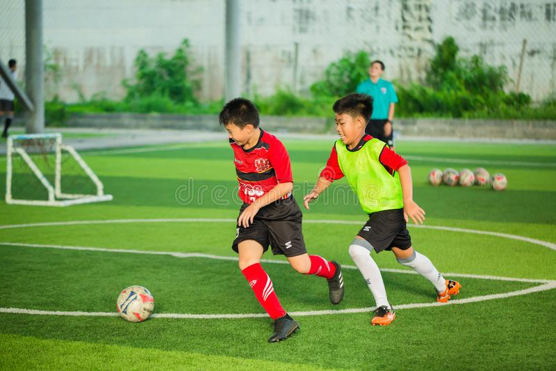 Ungefotboll som lär fotboll royaltyfri foto