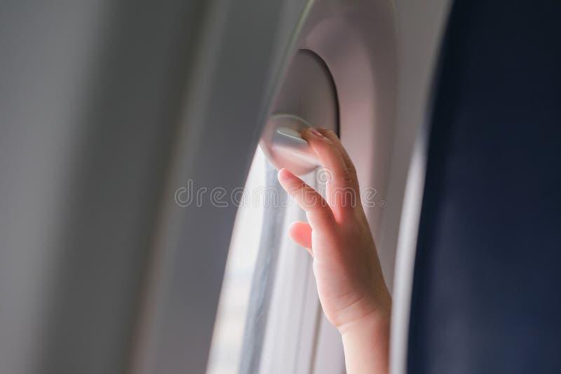 Ungehänder på ett flygplanfönster royaltyfria foton