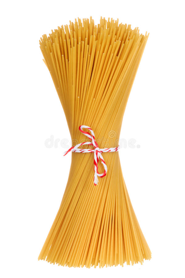 Ungekochte Spaghettiteigwaren lokalisiert lizenzfreie stockfotografie