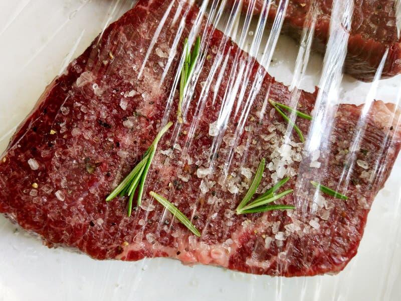 Ungekochtes würziges Fleisch zugebereitet zu braten, mariniert mit Gewürzen und Kräutern, Ansicht von oben stockfotos