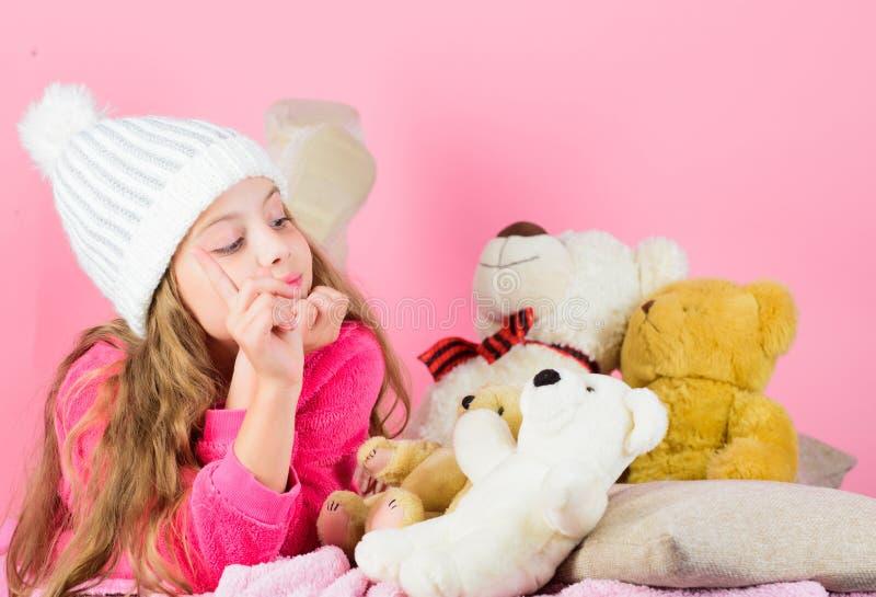Ungeliten flickalek med mjuk rosa bakgrund för leksaknallebjörn Björnleksakersamling Nallebjörnar förbättrar psykologiskt royaltyfria bilder