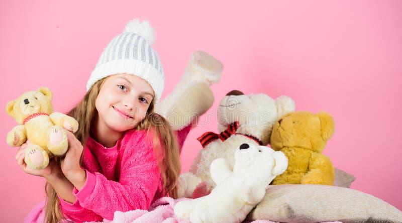 Ungeliten flickalek med mjuk rosa bakgrund för leksaknallebjörn Nallebjörnar förbättrar psykologisk wellbeing Softness är arkivfoton