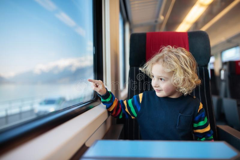 Ungelopp med drevet Järnväg tur med barnet royaltyfri bild