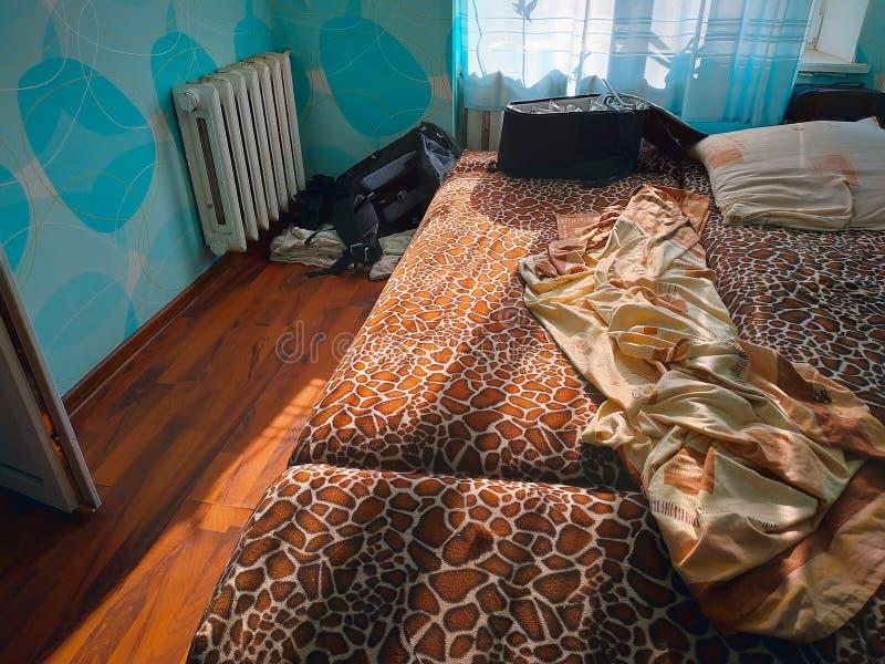 ungemachte Bettlaken der Falte am Schlafzimmer morgens lizenzfreie stockfotografie