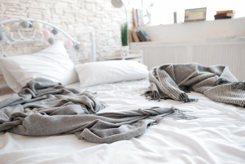 Ungemachtes unordentliches Bett nach Liebhabern im Motel stockbild