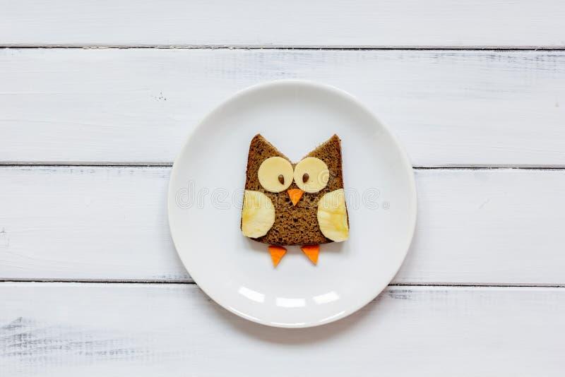 Ungemenyugglan formade smörgåsen på bästa sikt för vit platta fotografering för bildbyråer