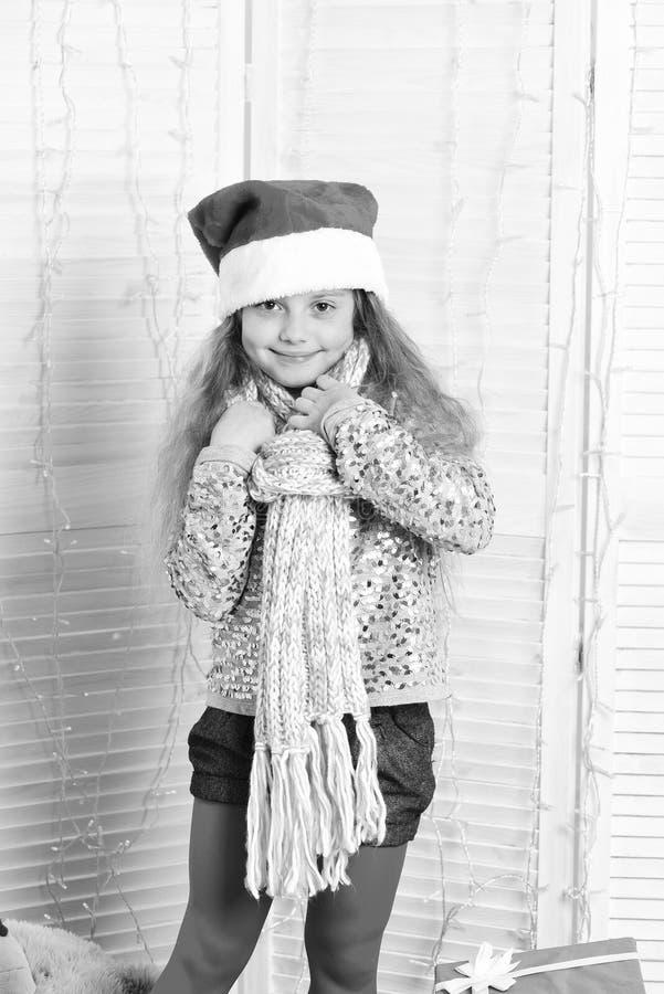 Ungen får klar till jul Vinterferier och barndombegrepp arkivbild