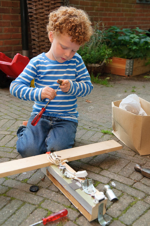 Ungen med bearbetar arkivfoto