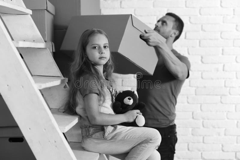 Ungen och grabben flyttar sig in eller flyttar sig ut home nytt fotografering för bildbyråer