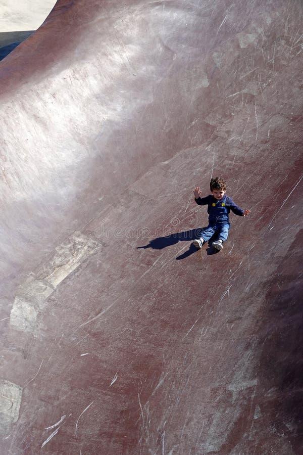 Ungen som glider i Gulliver, parkerar i Valencia, Spanien royaltyfri foto