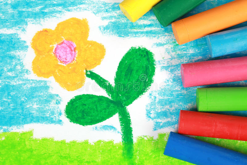 Ungen utformar att dra för crayon av en blomma royaltyfri bild