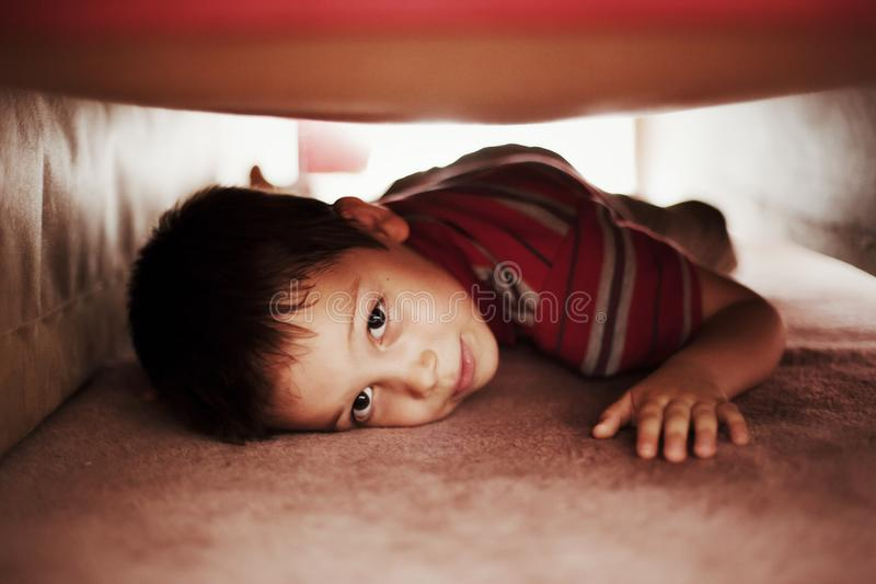 Ungenederlag under säng royaltyfria foton