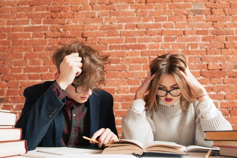 Ungepflegter Mann und Frau, die an der Bibliothek studiert stockfoto
