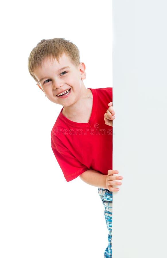Ungepojke bak tomt advertizingbaner royaltyfria bilder