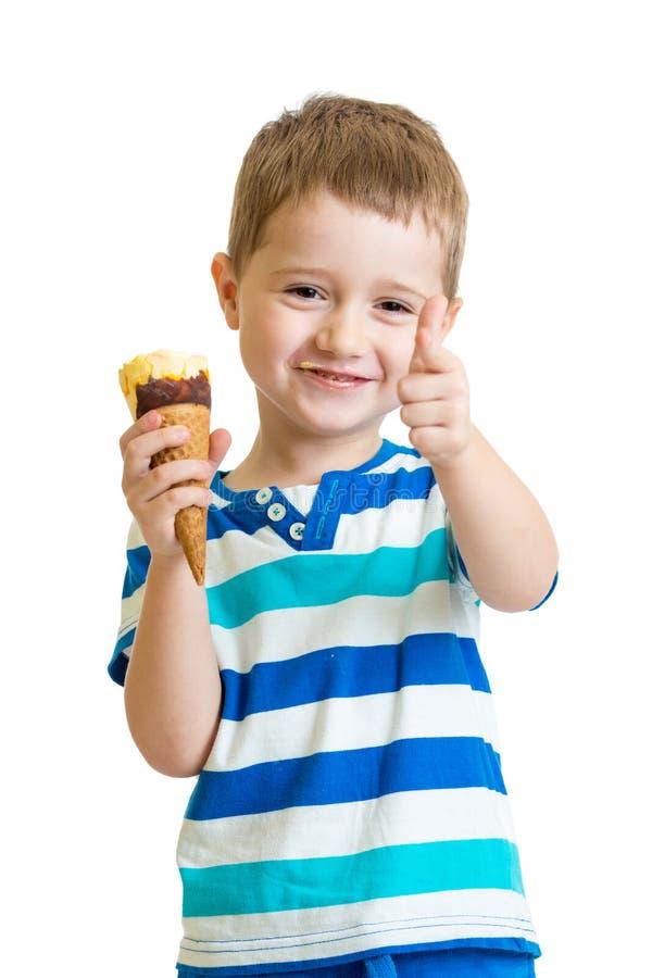 Ungepojke som äter glass och visar det ok tecknet royaltyfria bilder