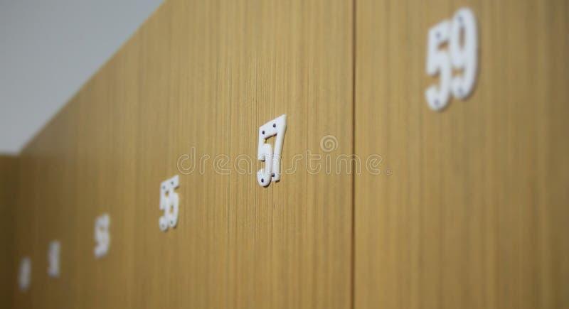 Ungerade Zahlen auf Türen stockfoto