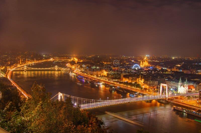 Ungern Budapest, Donau, Elisabeth Bridge, Chain bro - nattbild royaltyfri fotografi