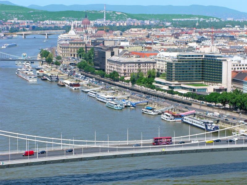 Ungern, panorama av Budapest med den ungerska parlamentet och Danube River royaltyfria bilder