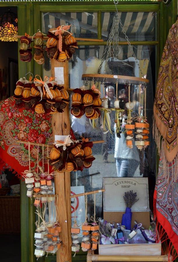 UNGERN SZENTENDRE - august 20, 2016: Gatan shoppar av souvenir arkivfoto
