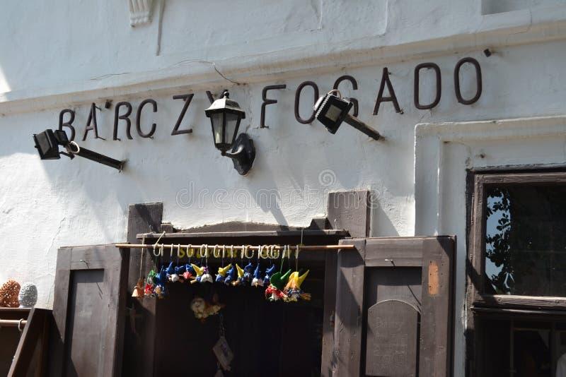 UNGERN SZENTENDRE: Fasaden av gatasouvenir shoppar arkivfoton