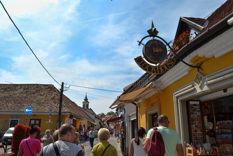 UNGERN SZENTENDRE: Gatasikt Turister som går nära souvenir, shoppar royaltyfri foto