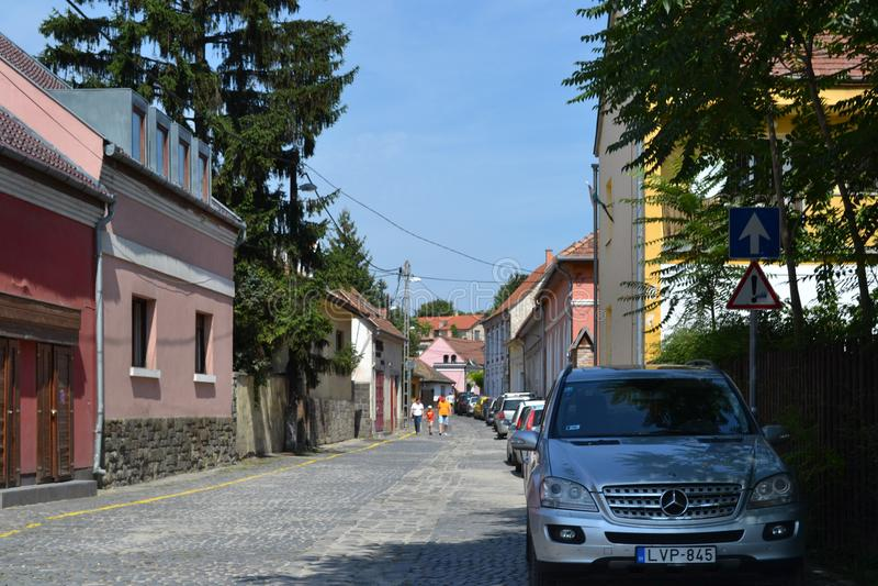 UNGERN SZENTENDRE: Gatasikt Upgoing stengata med den parkerade bilen arkivfoto