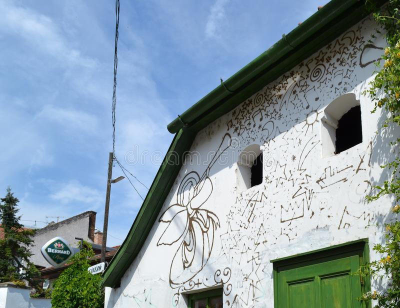 UNGERN SZENTENDRE: Målad fasad av huset royaltyfri bild