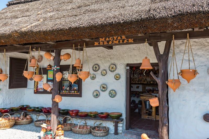 Download Ungersk Handgjord Keramik I Byn Gyenesdias Redaktionell Arkivfoto - Bild av hungary, nära: 78728108