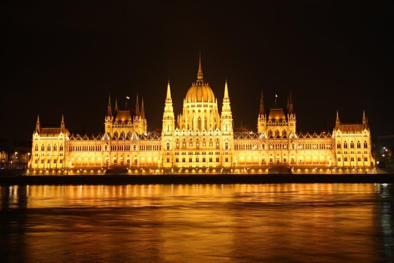 Ungersk parlament i Budapest på natten arkivfoto
