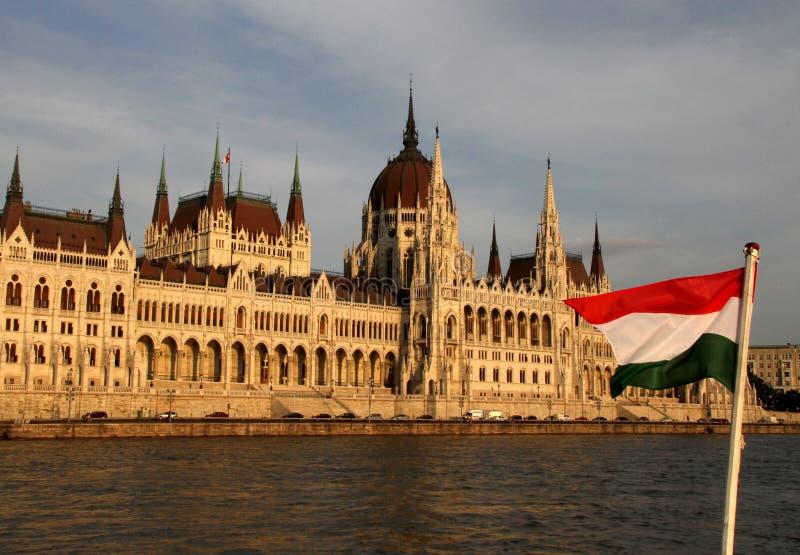 Ungersk parlament med den ungerska flaggan royaltyfri foto