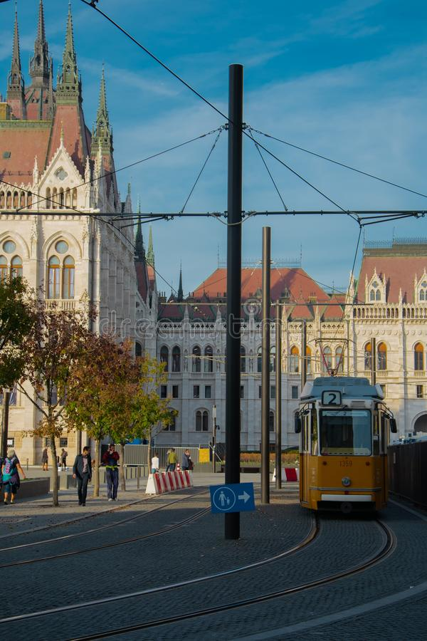 Ungersk parlamentbyggnad från spårvagnstopp royaltyfria foton