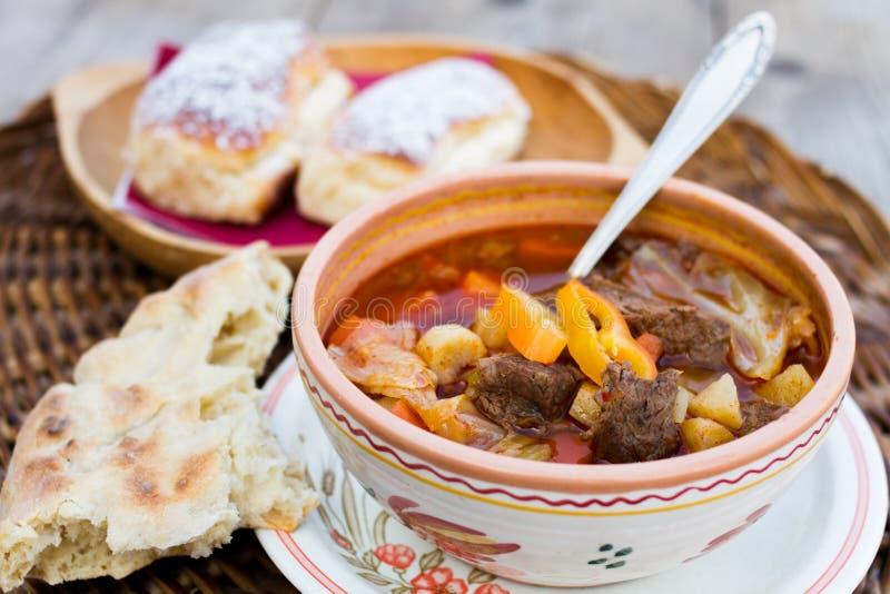 Ungersk traditionell mat, gulaschsoppa arkivfoton
