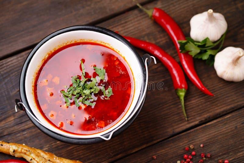 Ungerska bogracs för gulaschsoppa i metallbunke royaltyfria foton