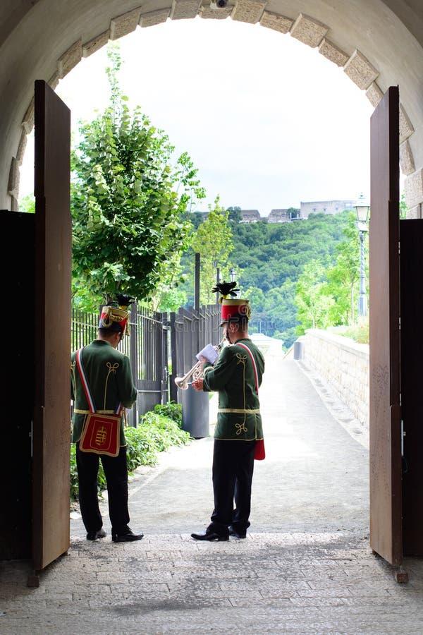 Ungerska husarmusiker utför i den Budapest slotten arkivfoto