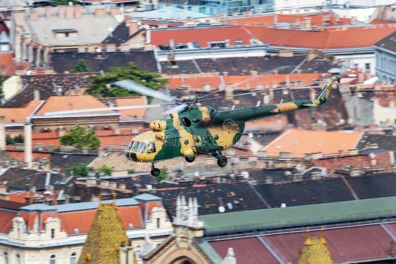 Ungerskt flyg för helikopter för transport för flygvapenMil Mi-17 704 över Danube River i det Budapest centret arkivbilder
