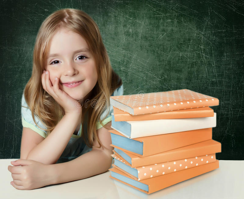 Unges eeducation Liten flicka med böcker royaltyfri bild