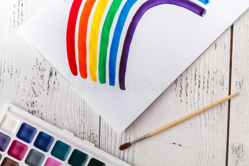 Unges teckning med den färgrika regnbågen royaltyfria bilder