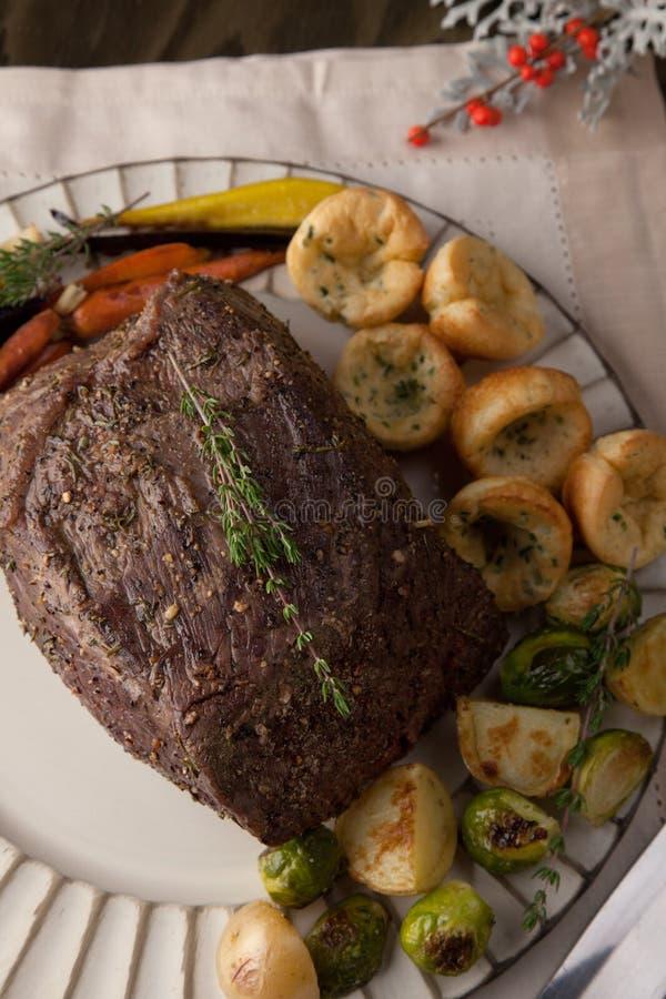 Ungeschnittenes Roastbeef mit Yorkshire-Puddings lizenzfreie stockfotografie