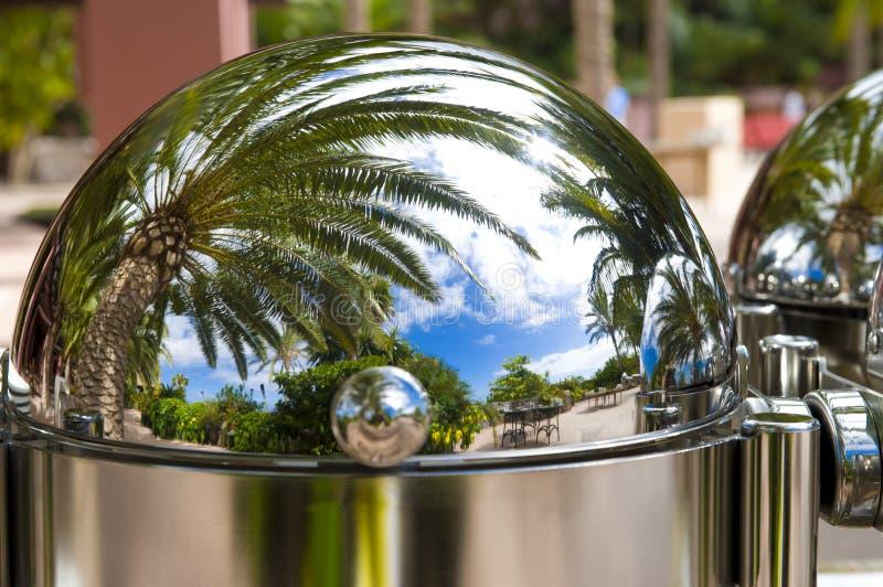Ungesehene Wirklichkeit - schöner Erholungsort in einer silbernen Glasglocke - Haube stockbilder