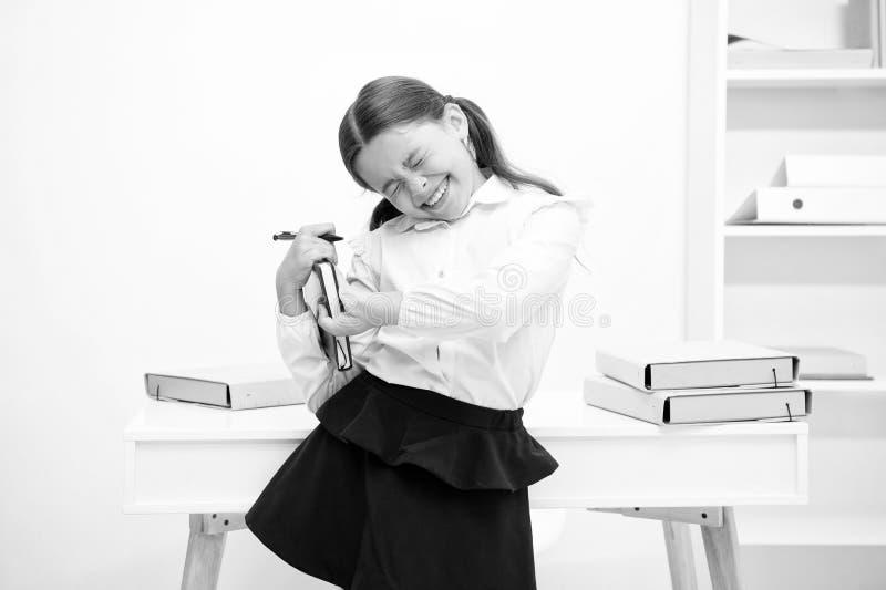 Ungeskolalikformig som gör övningen som sträcker förhöjningproduktivitet Övningar som underhåller livlighet Roll av aktiv royaltyfria bilder