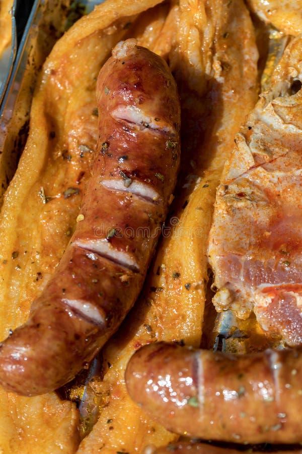 Ungesunde aber geschmackvolle gegrillte Würste und Fleisch stockbild