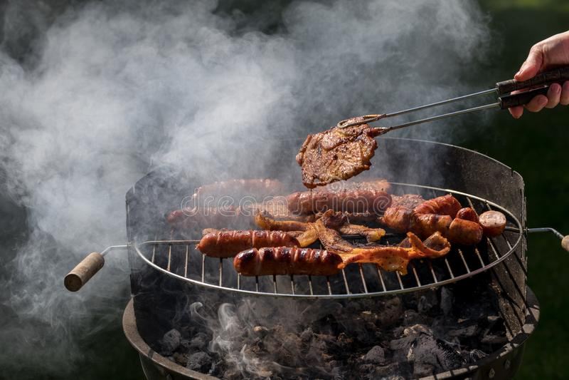 Ungesunde aber geschmackvolle gegrillte Würste und Fleisch stockfotografie