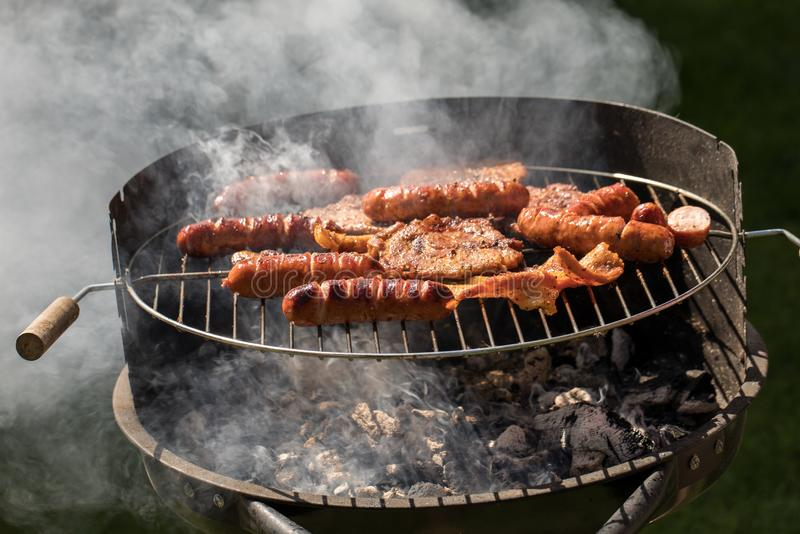 Ungesunde aber geschmackvolle gegrillte Würste und Fleisch lizenzfreies stockbild
