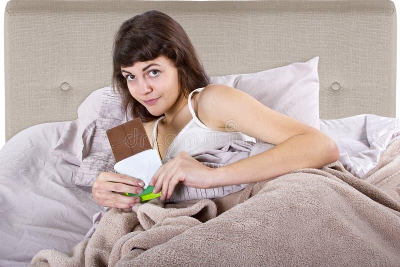 Ungesunde Fertigkost vor Bett lizenzfreie stockfotos
