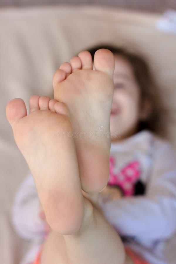 Ungetår och häl Behandla som ett barn shower foots arkivbilder