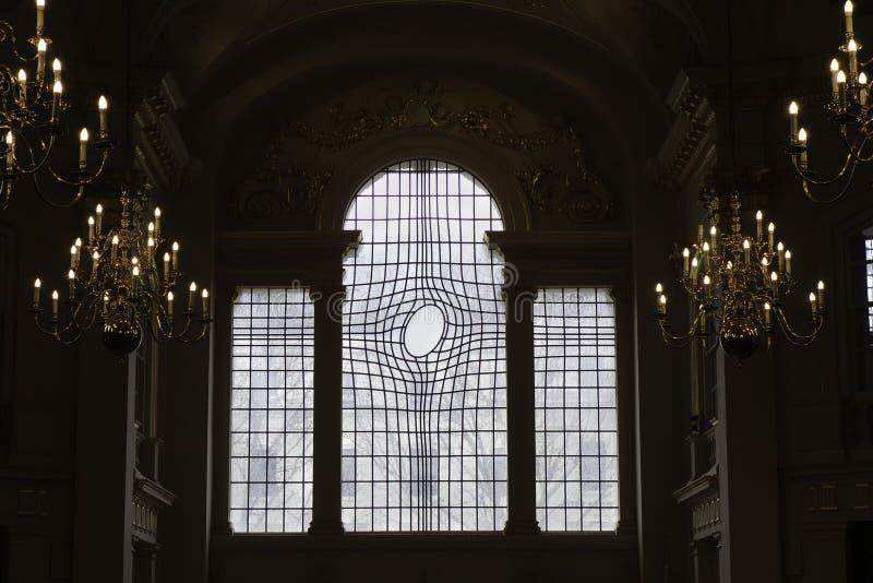 Ungewöhnlich geformte Buntglasfenster in St Martin in der Feldkirche in London lizenzfreies stockfoto