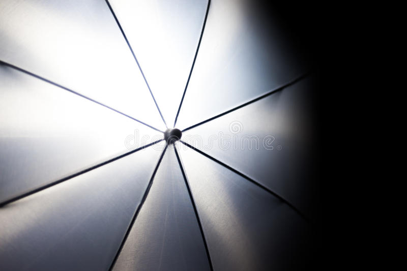 Ungewöhnliche Ansicht über den weißen Regenschirmblitz der Fotografie, photoshooting lizenzfreie stockfotografie