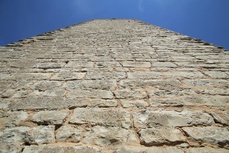 Ungewöhnliche aufwärts Weitwinkelansicht eines Schlosses halten lizenzfreie stockfotografie