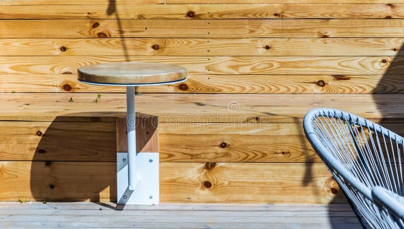 Ungewöhnliche Entwurfslösungen für das Sitzen in einem Strandcafé lizenzfreie stockfotos